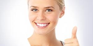 Der Zahnarzt hilft die Zähne zu erhalten